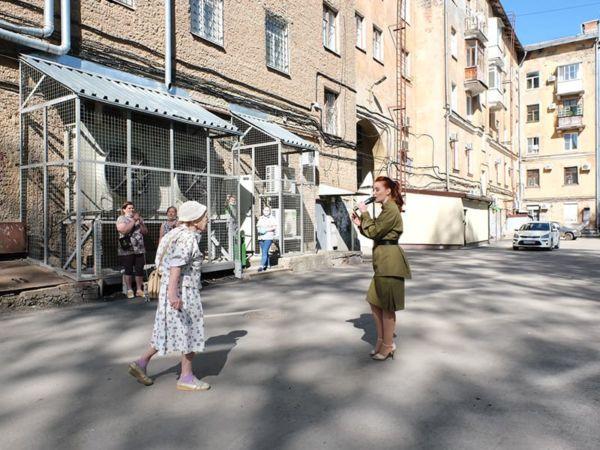 Фронтовая бригада в пермском дворе